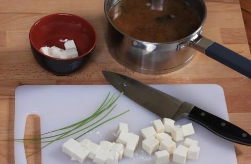 la preparazione della zuppa di miso con il tofu