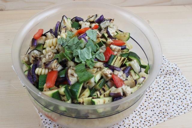 La preparazione della pasta fredda vegetariana
