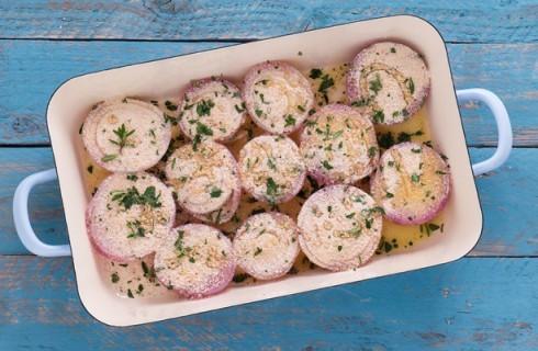 Le cipolle al forno in teglia
