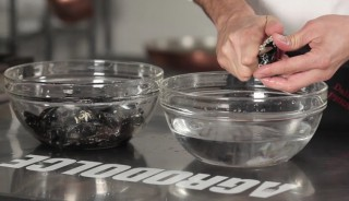Come pulire e aprire le cozze