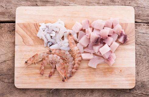La preparazione del pesce per il cous cous