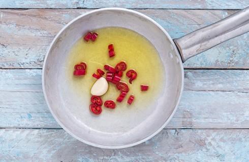 La preparazione del sugo per la pasta fredda all'arrabbiata