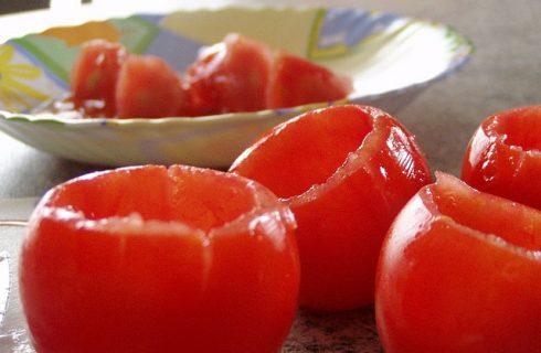 I pomodori ripieni vegetariani con la ricetta light per l'estate