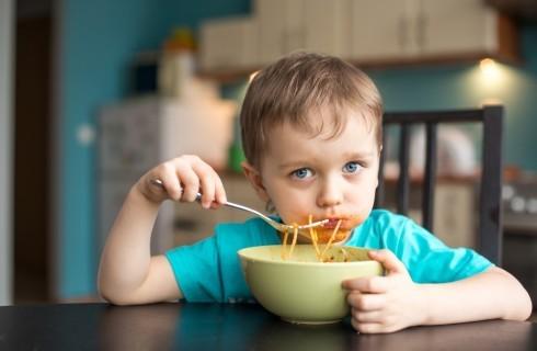 Bambini a tavola: le 30 regole del galateo