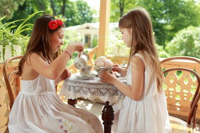 Bambine che prendono il tè