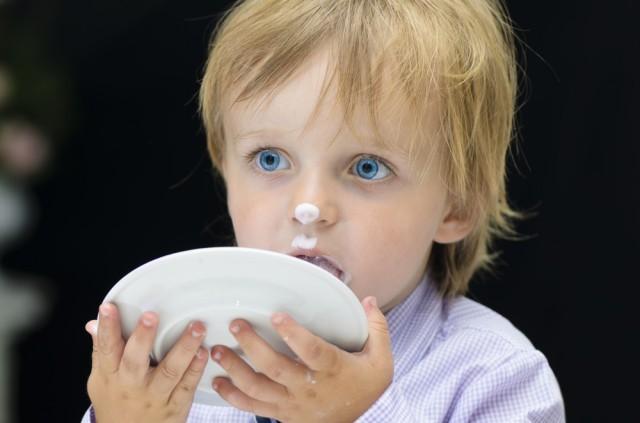 Bambino lecca il piatto