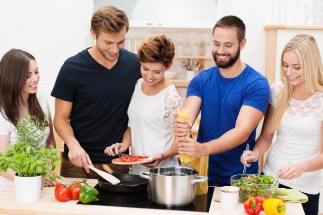 amici che cucinano