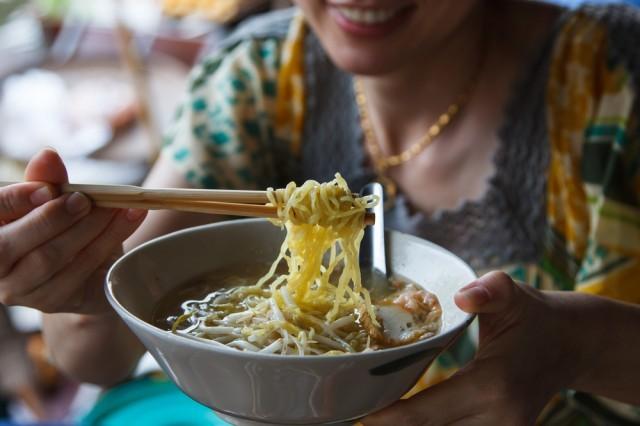 Donna che mangia il ramen