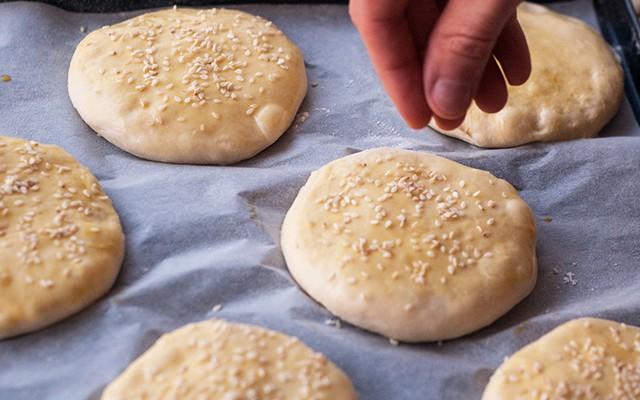 La preparazione del pane per hamburger