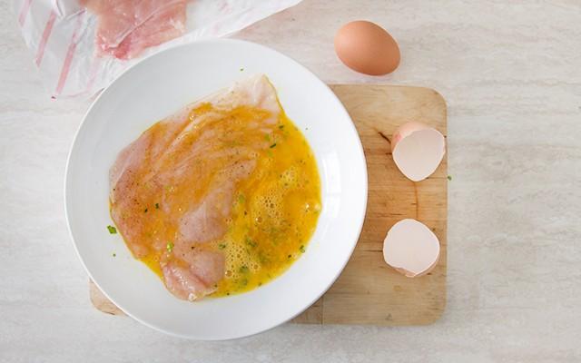 La preparazione delle cotolette di pollo