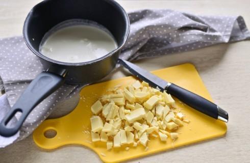 La preparazione del semifreddo al cioccolato bianco
