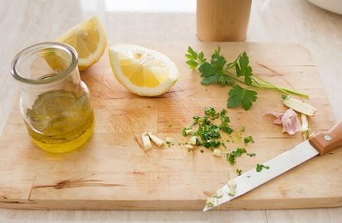 la preparazione delle vinaigrette per l'insalata di patate e fagiolini