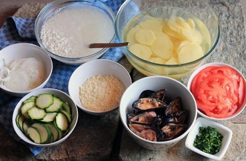 Gli ingredienti tagliati della tiella di riso patate e cozze
