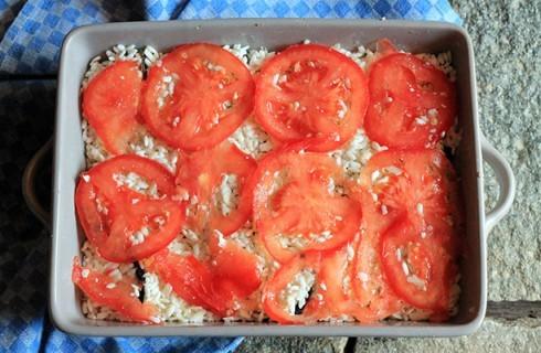La preparazione della tiella di riso patate e cozze