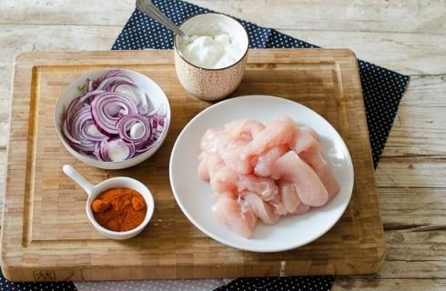 Gli ingredienti del pollo alla paprika