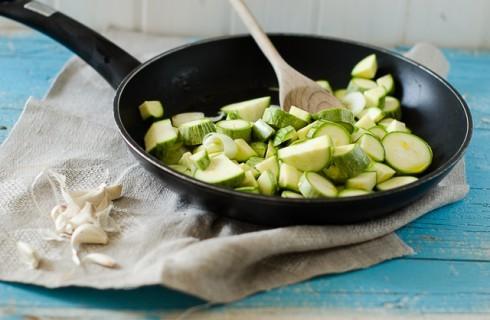 La cottura delle zucchine per il flan di zucchine