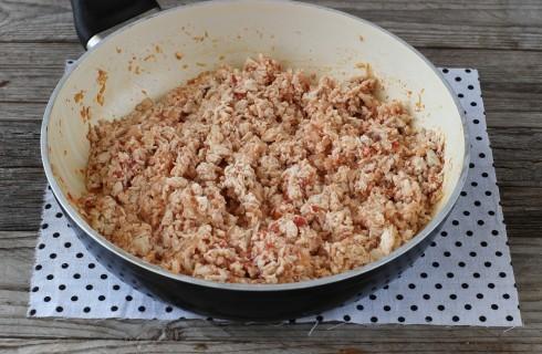 La preparazione della farcia degli arancini di pollo