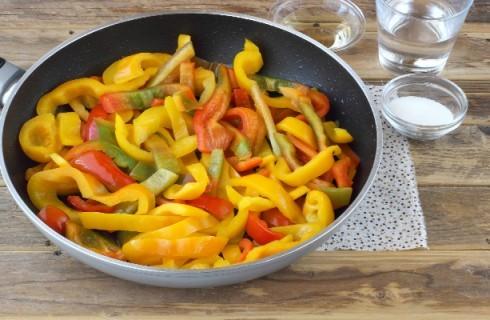 La preparazionme dei peperoni in agrodolce