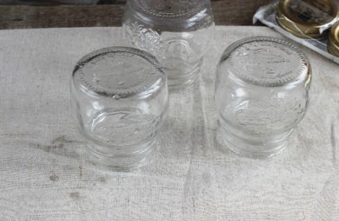 La sterilizzazione dei barattoli per la marmellata di ciliegie