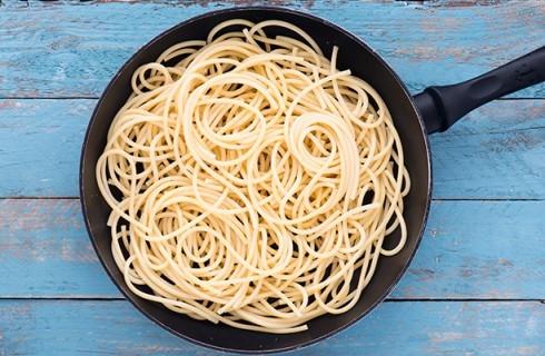 La preparazione della frittata di pasta