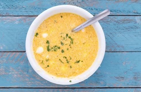 Il composto di uova per la frittata di pasta