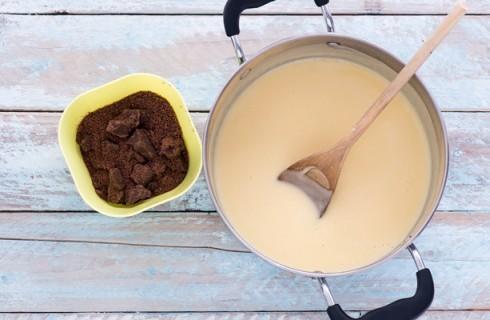 La preparazione del gelato al cioccolato