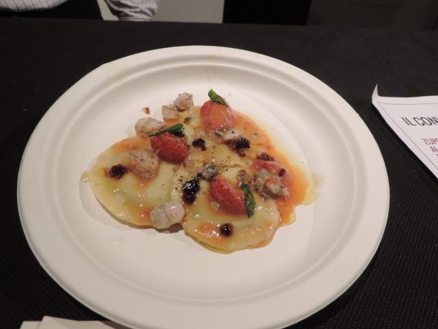 i ravioli bruciati di caprino con mostarda di fragole e senape, gambero rosso alla menta del ristorante Il Convivio