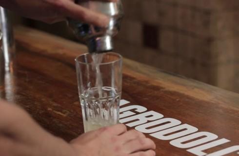il_gin_fizz_versato_nel_bicchiere
