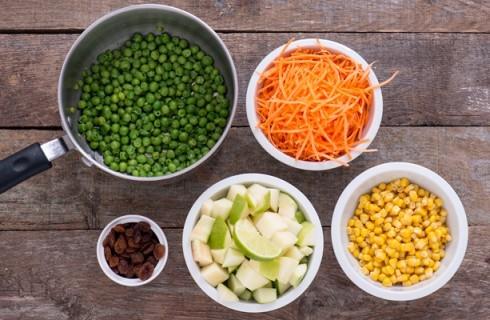 La preparazione degli ingredienti per l'insalata di pollo brasiliana