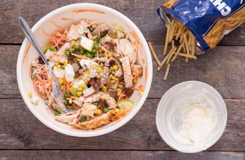 La preparazione dell'insalata di pollo brasiliana