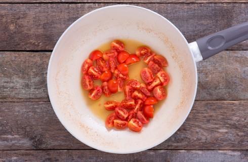 La preparazione della salsa per le linguine agli scampi