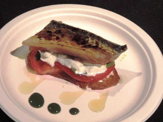 maccarello bruciato con burrata, pomodoro, pane croccante e aceto balsamico di Acquolina Hostaria