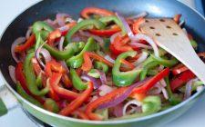 I peperoni in agrodolce in padella, ecco come prepararli