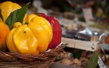 Come fare i peperoni con le patate in umido per un contorno facile e veloce