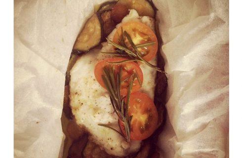 Il cartoccio di pesce e verdure da preparare per la cena estiva