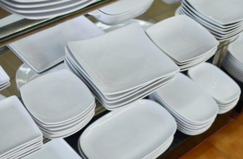 I vari tipi di piatti e piattini: piano, fondo, girevole, porta torta, di servizio