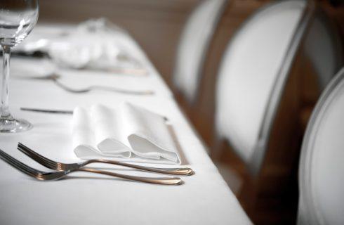 Le posate a tavola, la disposizione secondo il galateo e le curiosità