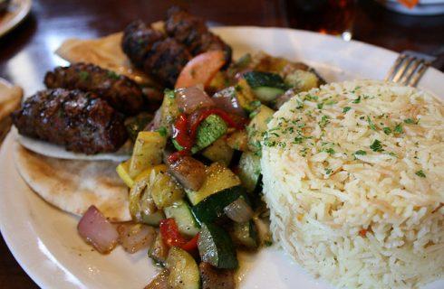 Come fare il riso pilaf con verdure per la cena leggera