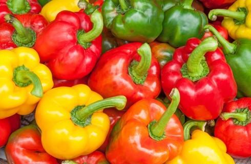Peperoni crudi: 7 modi di usarli in cucina e come renderli digeribili
