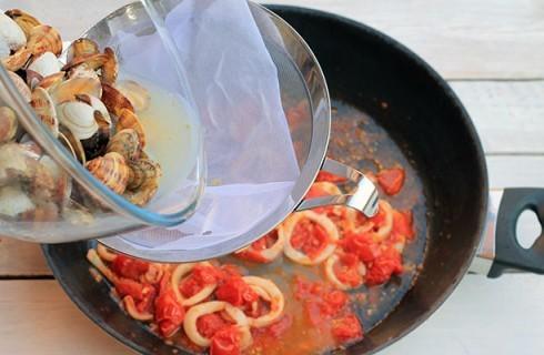 La preparazione della salsa per gli spaghetti allo scoglio