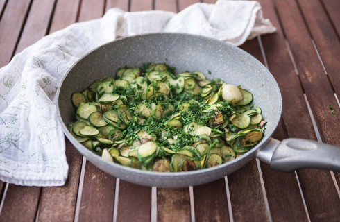 le zucchine trifolate in cottura