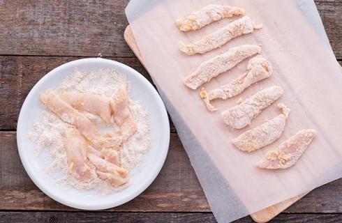La preparazione degli straccetti di pollo fritti