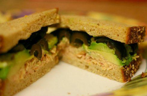I tramezzini al tonno e olive da provare con la ricetta sfiziosa