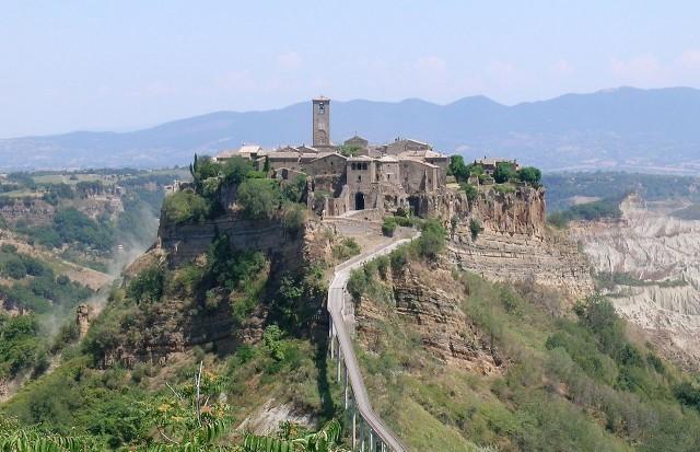 1280px-Bagnoregio_civita_panorama_cropped