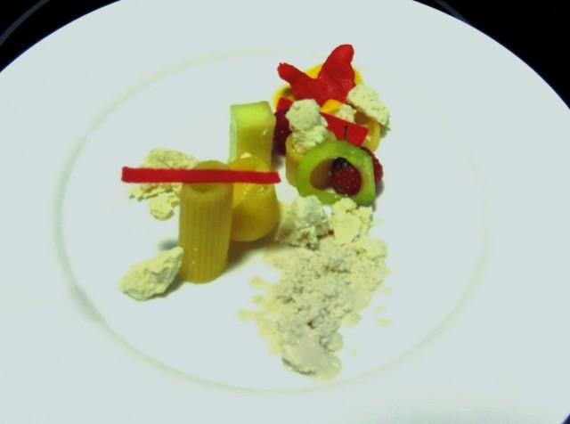 2 Insalata fredda di pasta cotta nel siero di latte speziato, frutta confit, gelato al passion fruit e polvere di banana di Andrea Barbera (La Trota)