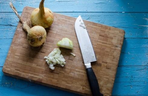 La cipolla tritata per il risotto al pomodoro