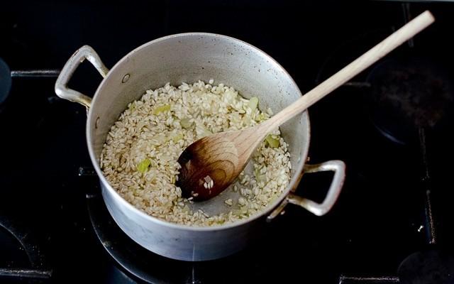 La tostatura del risotto al pomodoro