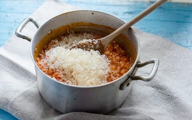La mantecatura del risotto al pomodoro