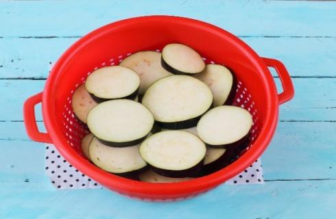 La preparazione delle melanzane al forno