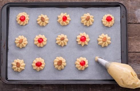 La preparazione dei biscotti alle mandorle